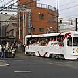大通りを渡る花電車