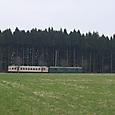 牧歌的な風景を走るレトロ電車