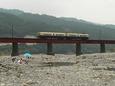 夏の大井川を渡る420系