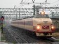 雨の直江津駅に到着する「はくたか」