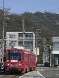岐阜城をバックに田神線に入るモ870