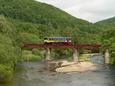 夏の利別川を行く999号