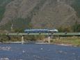 根尾川の流れと客車列車