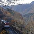 阿賀野川沿いを行く普通列車
