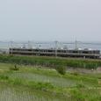 琵琶湖をバックに快走する普通電車