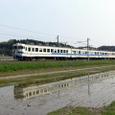春の北陸路を行く普通電車
