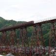早朝の餘部鉄橋を渡る普通列車