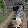 熊坂トンネルへ突入する「雷鳥」