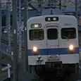 急坂を駆け上がる普通列車