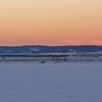 夕暮れの湖畔を行くSL冬の湿原号