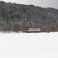 純白の雪原を行く普通列車