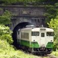 鳥谷坂トンネルを出るキハ40