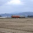 米沢盆地をゆく普通列車