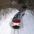 竜ヶ森を下る普通列車
