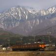 南駒ケ岳をバックに走る普通列車