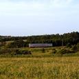 落石段丘を走る普通列車