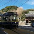龍口寺前を曲がるレトロ調電車