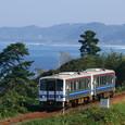 出雲の海岸線を行く普通列車