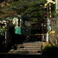 参道を渡る江ノ電