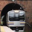 煉瓦のトンネルとステンレス電車