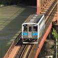 茶濁の球磨川を渡る普通列車