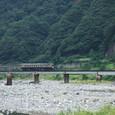 姫川を渡るディーゼルカー