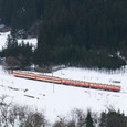 雪景色彩るディーゼルカー