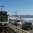 海岸沿いを行くレトロ調電車
