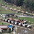 谷筋を行く山陽本線普通列車