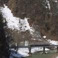 雪解けの谷を行く