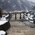 雪解けの姫川を渡る