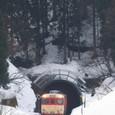雪深き峠道を