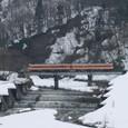雪解けの沢を渡るキハ58