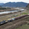 吉井川沿いを行く貨物列車