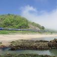 霧晴れゆく海岸を行く