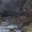 山峡を行く普通電車