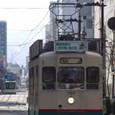 都心のオフィス街を行く市内電車