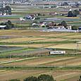 黄土の大地を行く普通列車