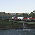 夜明けの石狩川を渡る貨物列車