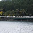 川縁を行く普通列車
