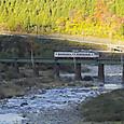 日暮れの飛騨川を渡る普通列車