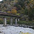 紅葉の飛騨川と「ひだ」