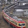 家並みを抜ける急行電車