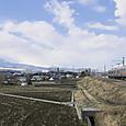 富士の裾野を行く普通電車