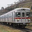 妻女山の麓を行く普通電車