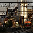 残照に浮かぶ工場群と単行電車
