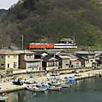 漁港をかすめてゆく普通列車