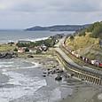 静かな海岸を行く貨物列車