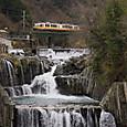 田原の滝を行く「フジサン特急」