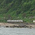 朝里海岸を走る普通電車